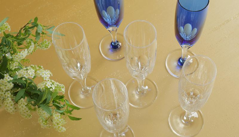 七色にきらめくシャンパングラスで、特別なひとときに優雅さを添える
