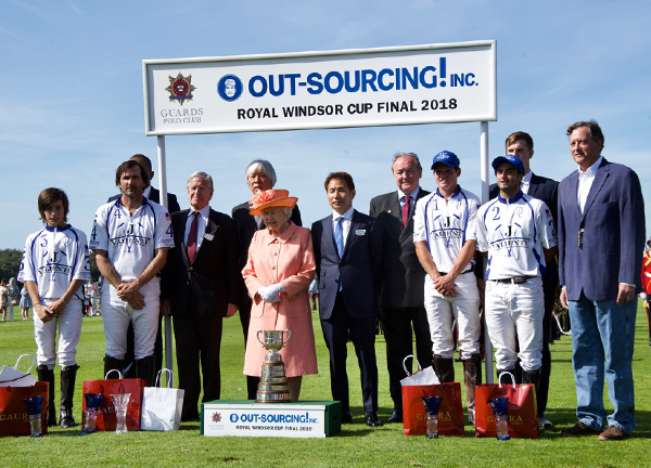 The OUT-SOURCING Inc Royal Windsor Cup トロフィー